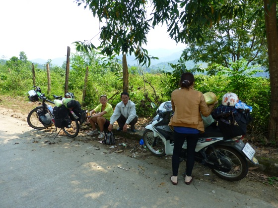 A break between two passes and a wonderful Vietnamese couple who shared their snacks with us